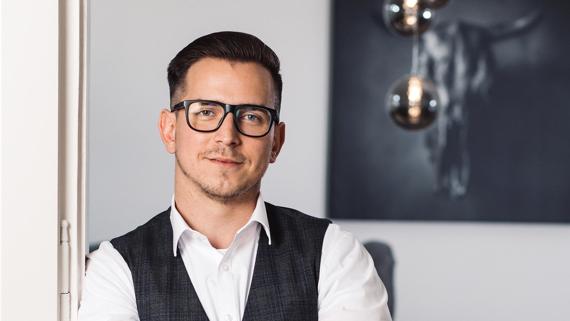 HELLO BEAUTY Marketing GmbH - Josip Maric - Hello Beauty ist wie ein neuronales Netz, das alles miteinander verbindet. Institute mit deren Neukunden, Hersteller mit deren neuen repräsentativen Instituten….