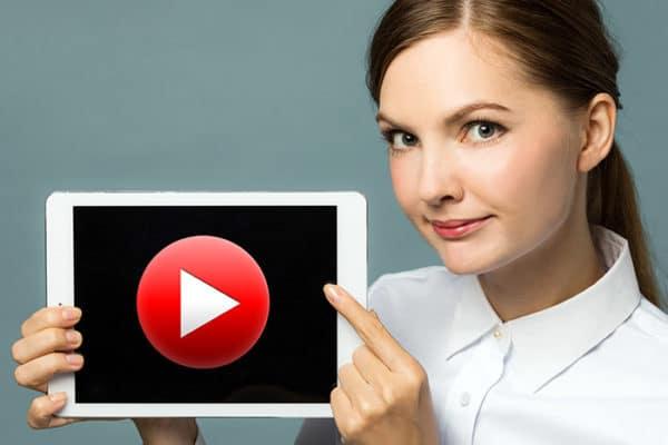 """HELLO BEAUTY Marketing GmbH - 10 Tipps zu Neukunden für Kosmetikstudios – Tipp#8: YouTube Kanal - Aufgrund von unterschiedlichsten digitalen Informationskanälen, können sich Kundinnen bereits VORHER die gewünschten Informationen über eine Behandlung einholen. Diese Vorgehensweise beeinflusst die letztendliche Kaufentscheidung enorm! Sich nur auf klassische """"Mund-Propaganda"""" als Werbemittel zu verlassen, reicht definitiv nicht mehr aus! Die Kundin von heute möchte konkret wissen, was auf sie zukommt und ob es sich wirklich auszahlt!"""