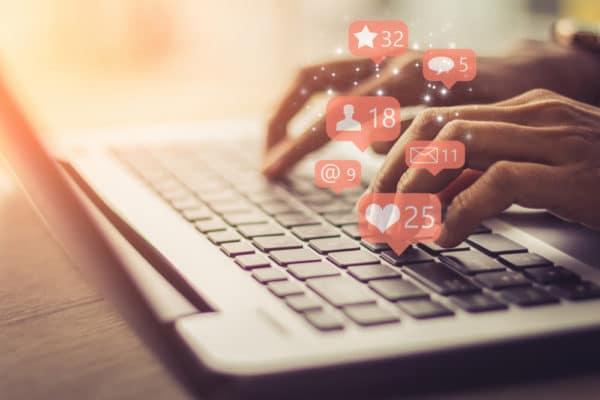 HELLO BEAUTY Marketing GmbH - Social Media für Kosmetikstudios: Regelmäßiges Posten auf Instagram & Facebook - In diesem Blogbeitrag möchten wir dich (schon wieder) motivieren, deine Sichtbarkeit in deinen Social-Media-Kanälen nicht zu vernachlässigen. Vor allem in Krisenzeiten ist es umso wichtiger das regelmäßige Posten von Beiträgen auf Facebook & Instagram nicht zu vernachlässigen. Ja, wir verstehen dich. Es kann mit der Zeit ganz schön auf die Nerven gehen, ständig etwas Posten zu müssen. Deshalb möchten wir dir mit diesem Blogbeitrag helfen und dir neue Anreize und Denkanstöße zu erfolgreichem Social-Media-Marketing für Kosmetikerinnen geben.