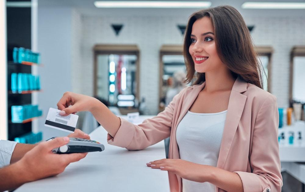 """HELLO BEAUTY Marketing GmbH - Tipp für dein Kosmetikstudio: Preise erhöhen ohne Kunden zu verlieren - Führer oder später steht jede Kosmetikerin vor der Entscheidung die Preise für Kosmetikbehandlungen bzw. Gesichtsbehandlungen zu erhöhen. Vor allem wenn es die wirtschaftliche Lage erfordert. Steigende Betriebskosten, Produktionskosten, Beschaffungskosten, Instandhaltungskosten und eine allgemein sinkende Kaufkraft machen eine Anpassung des Preisniveaus zur Herausforderung. Hast du Angst du könntest durch die Preiserhöhung Kunden verlieren? Natürlich kannst du das Thema """"Preise erhöhen"""" so lange wie möglich auf die lange Bank schieben. Doch umso länger du wartest, desto schwieriger wird es für dich sein, diesen Entschluss zu fassen und auch umzusetzen."""