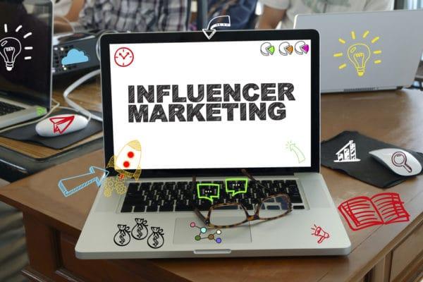 HELLO BEAUTY Marketing GmbH - Influencer-Marketing für Kosmetikstudios: Strategien und Tricks, worauf es ankommt - Werbung mit Influencern ist enorm im Aufwind. Die jungen Meinungsmacher erleben gerade einen riesigen Hype und überzeugen vor allem junge Menschen mit ihrer Authentizität und Glaubwürdigkeit von Produkten und Dienstleistungen. Im Blogartikel zeigen wir euch, wie ihr Influencer-Marketing für Kosmetikstudios nutzen könnt, um eure Bekanntheit zu steigern und zahlreiche Neukunden zu gewinnen.